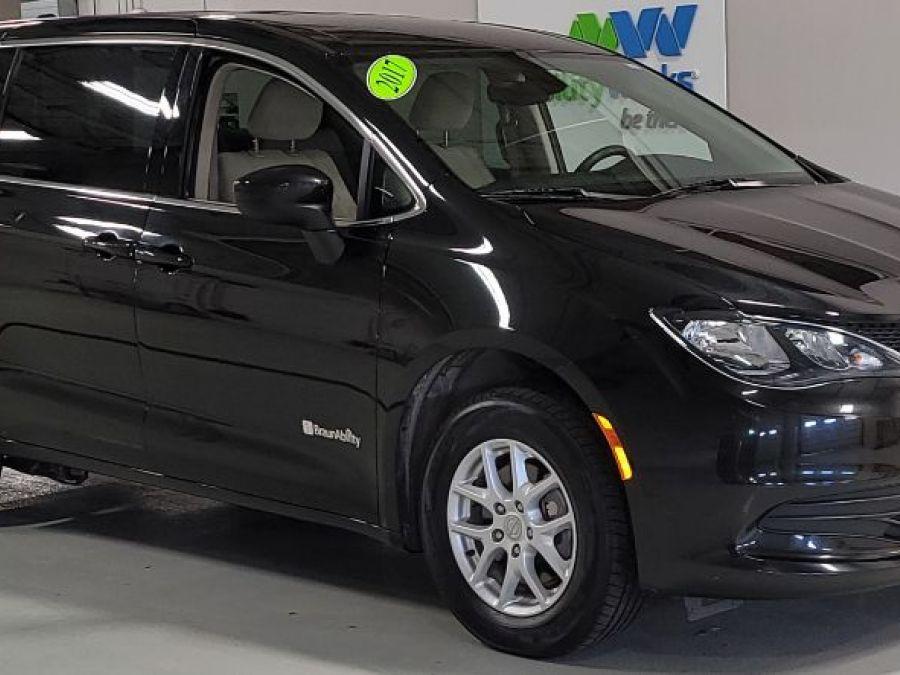 Black Chrysler Pacifica image number 2