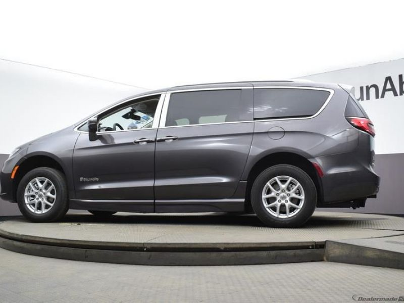 Gray Chrysler Pacifica image number 20