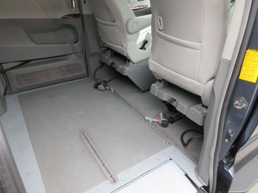 Toyota Sienna image number 2