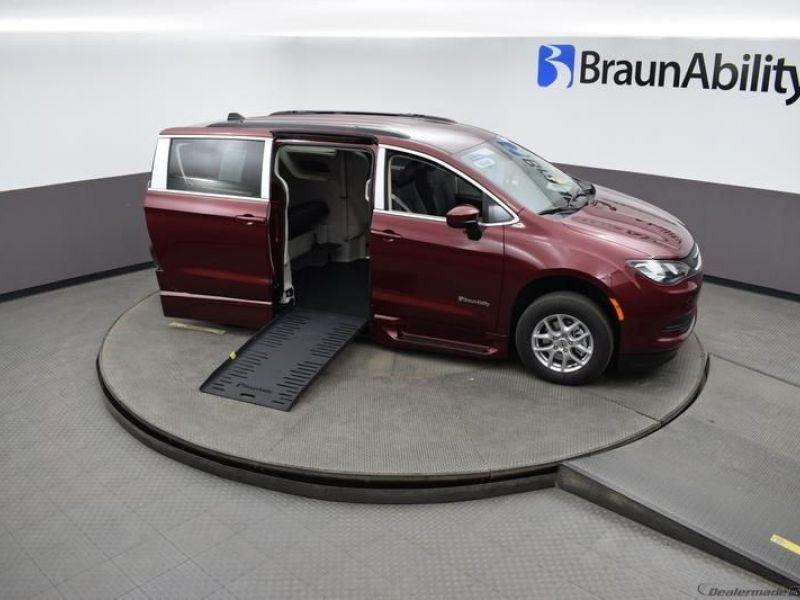 Red Chrysler Voyager image number 26