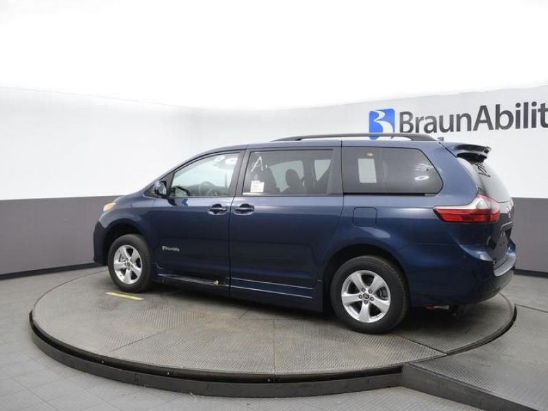Blue Toyota Sienna image number 4