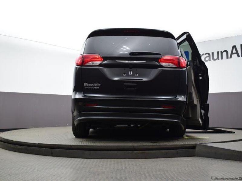 Black Chrysler Voyager image number 19