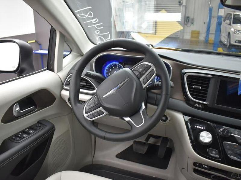 Gray Chrysler Voyager image number 12