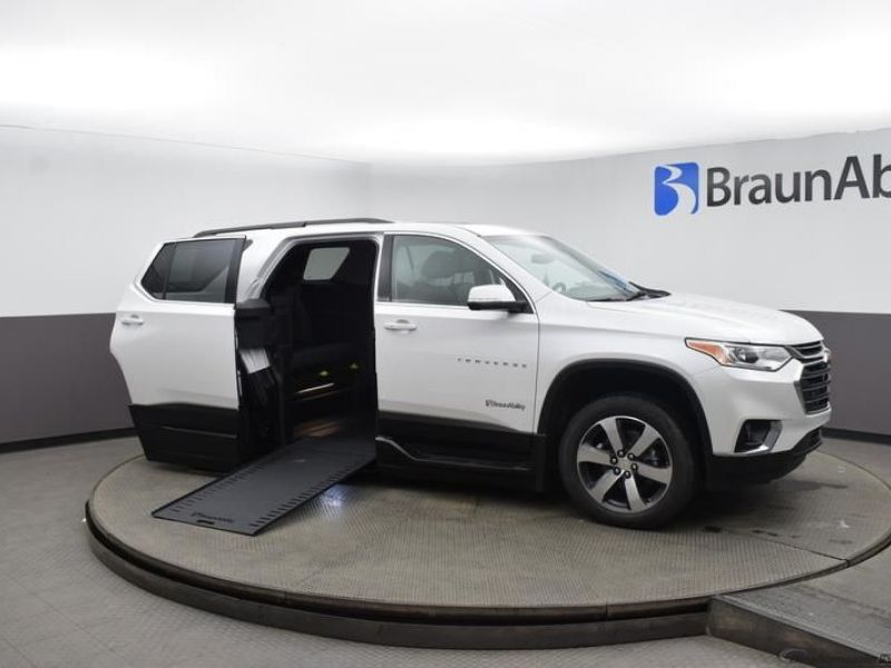 White Chevrolet Traverse image number 27
