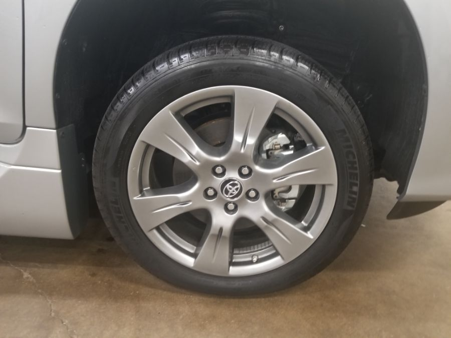 Silver Toyota Sienna image number 22