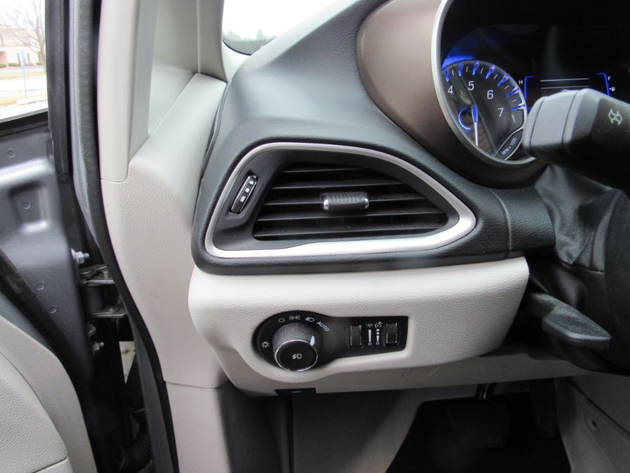 Silver Chrysler Pacifica image number 20