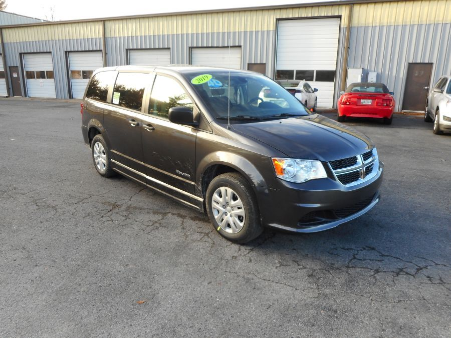 Gray Dodge Grand Caravan image number 21