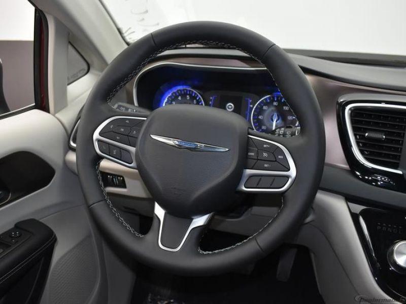 Red Chrysler Voyager image number 21