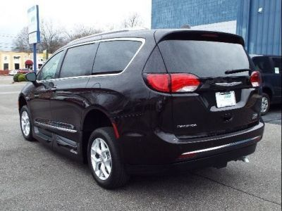 Brown Chrysler Pacifica image number 9