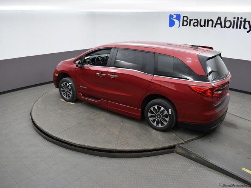 Red Honda Odyssey image number 21