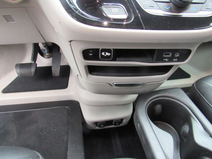 Silver Chrysler Pacifica image number 27