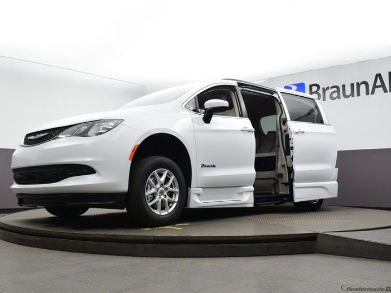 White Chrysler Voyager image number 23