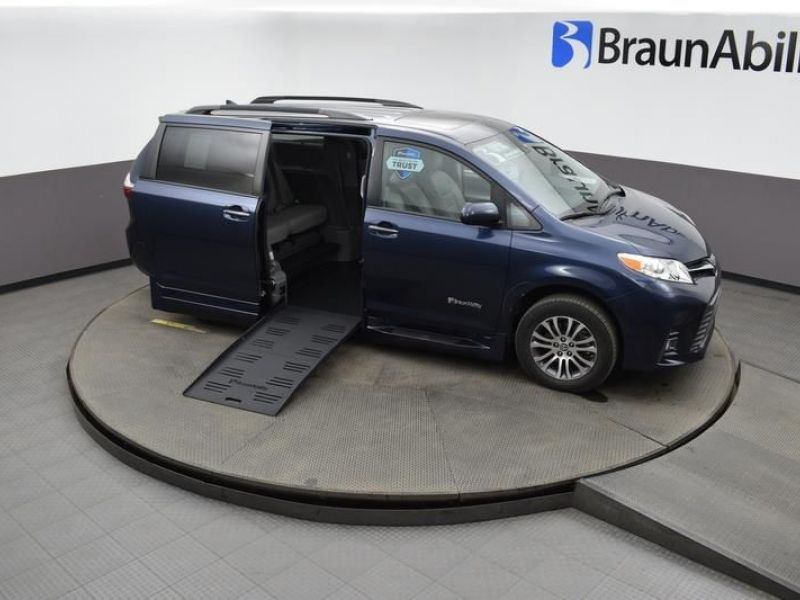 Blue Toyota Sienna image number 19