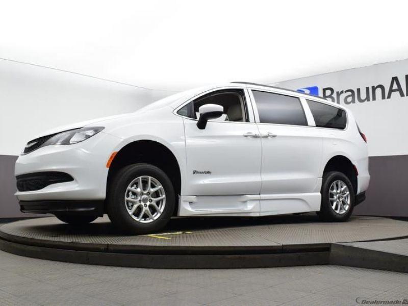 White Chrysler Voyager image number 24