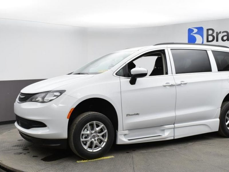 White Chrysler Voyager image number 2
