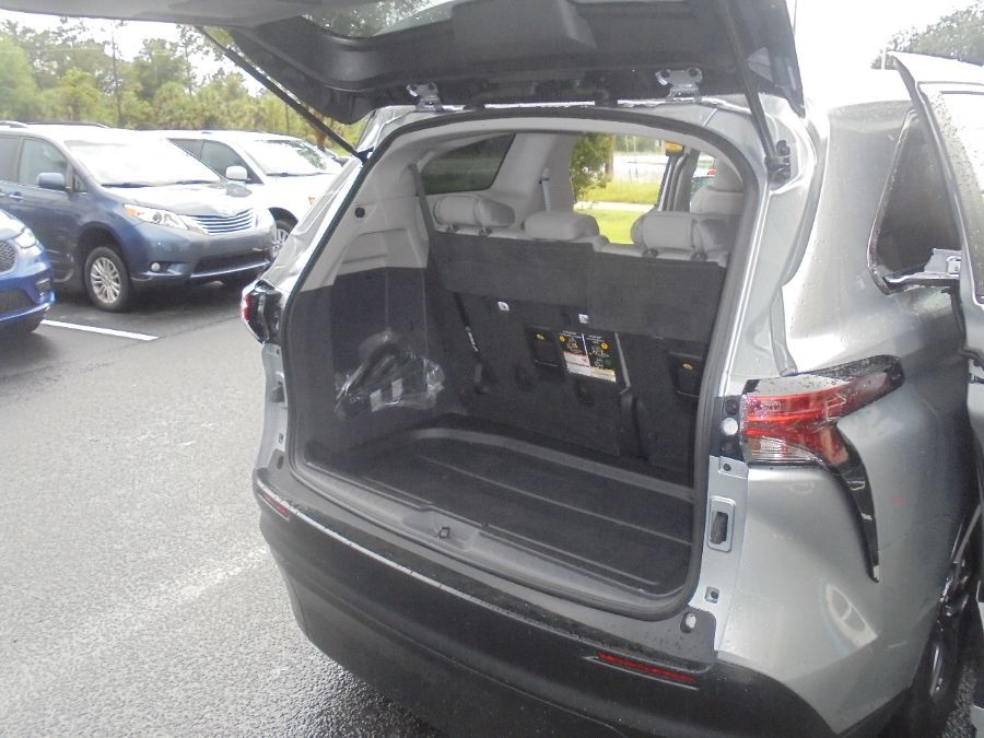 Silver Toyota Sienna image number 26