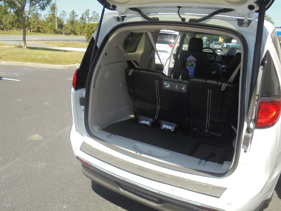 White Chrysler Pacifica image number 27