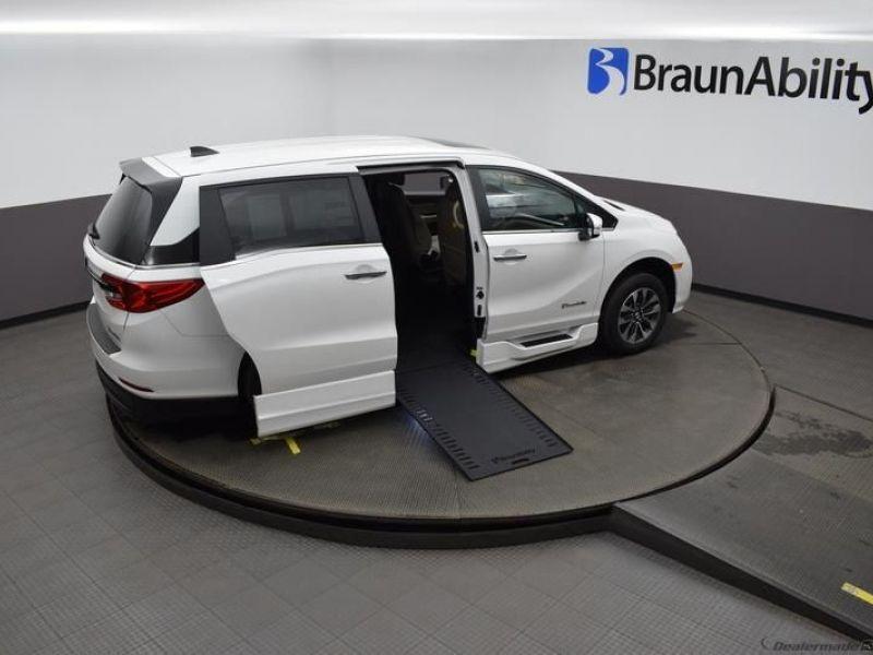 White Honda Odyssey image number 23