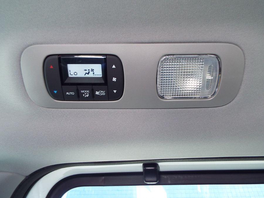 White Honda Odyssey image number 26