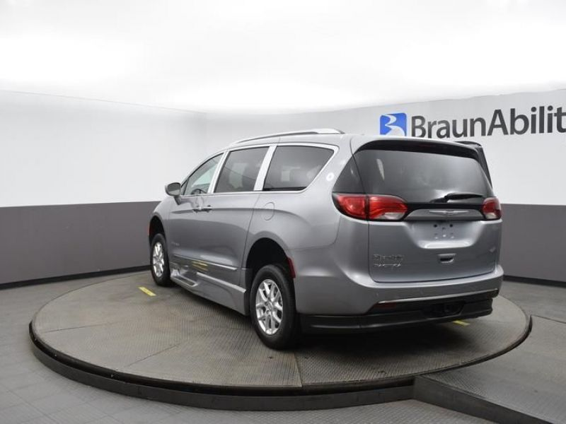 Silver Chrysler Pacifica image number 5