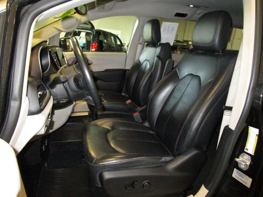 Black Chrysler Pacifica image number 15