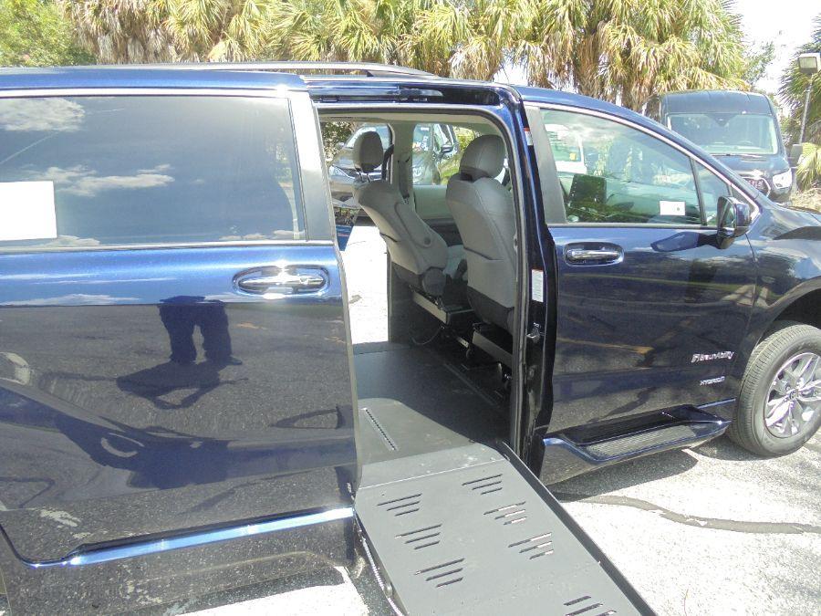 Blue Toyota Sienna image number 19