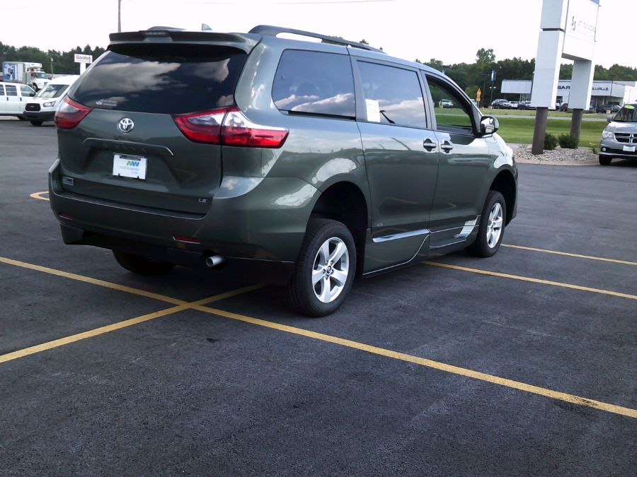 Green Toyota Sienna image number 16
