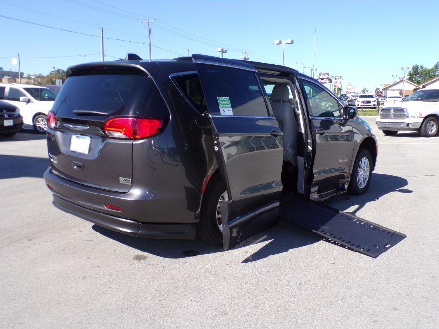 Gray Chrysler Voyager image number 17
