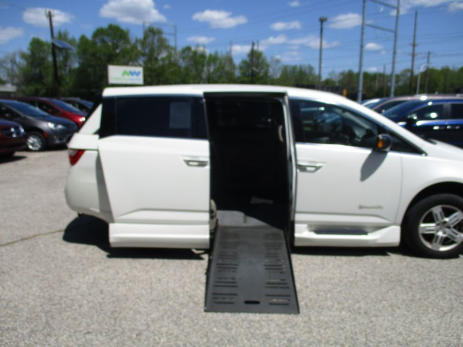 White Honda Odyssey with Side Entry Automatic Fold Out ramp