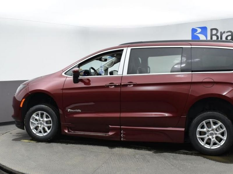 Red Chrysler Voyager image number 3