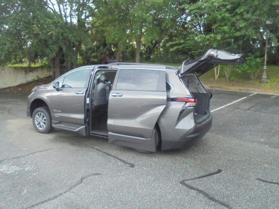 Gray Toyota Sienna image number 16