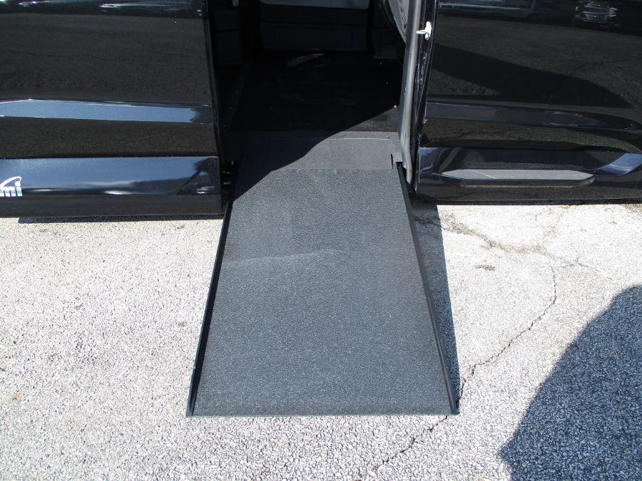 Black Chrysler Pacifica image number 3