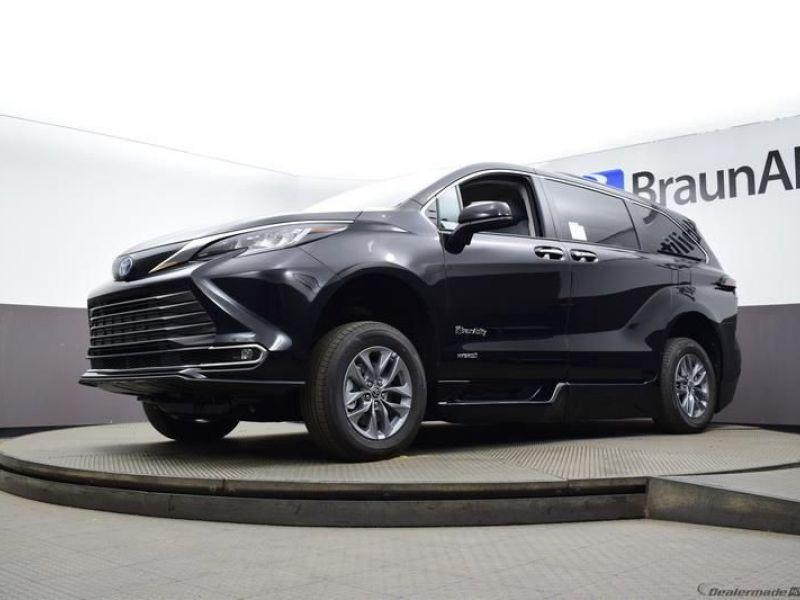 Black Toyota Sienna image number 16
