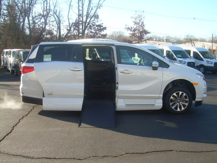 White Honda Odyssey image number 7