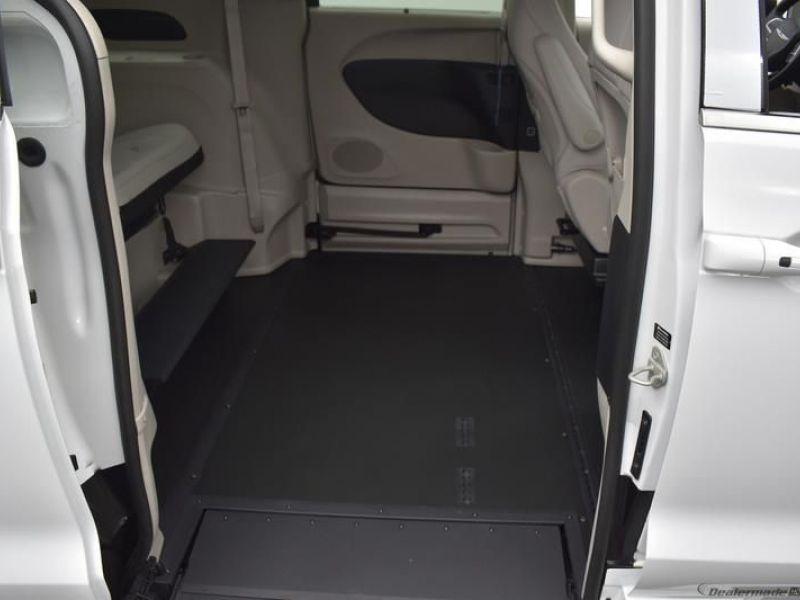 White Chrysler Voyager image number 7