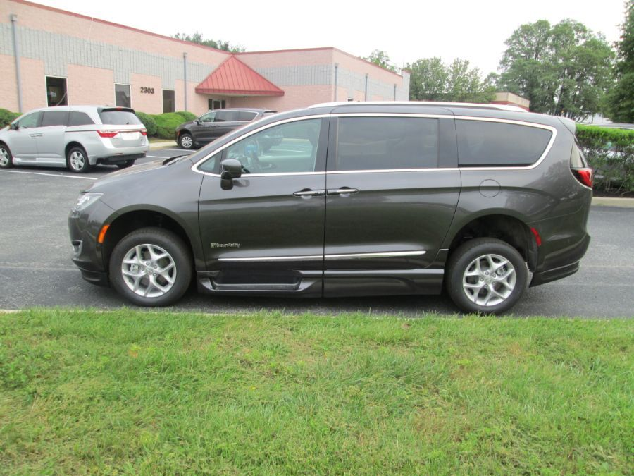 Gray Chrysler Pacifica image number 3