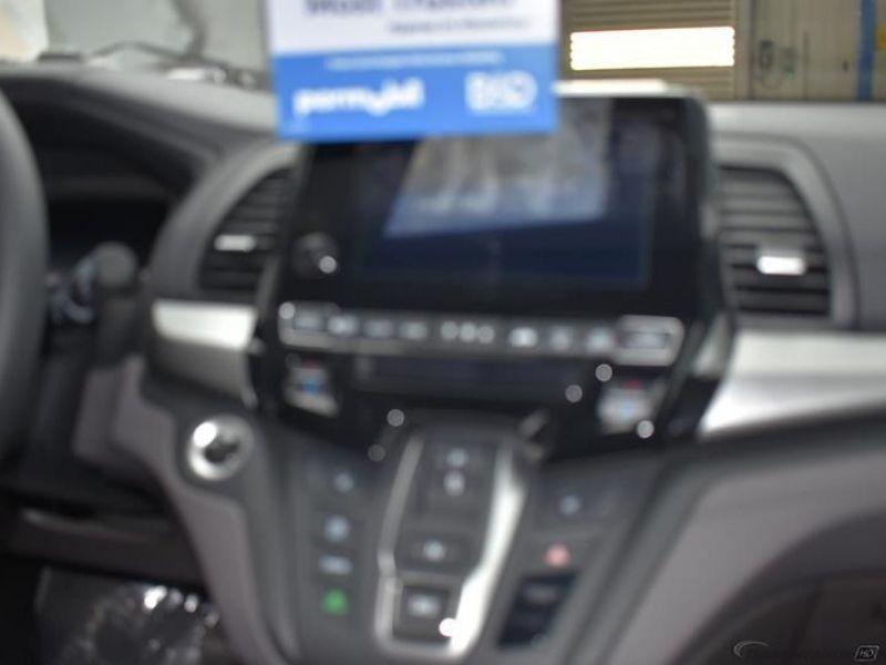 Gray Honda Odyssey image number 10