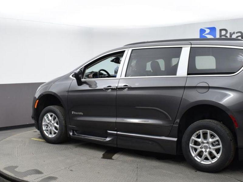 Gray Chrysler Voyager image number 5