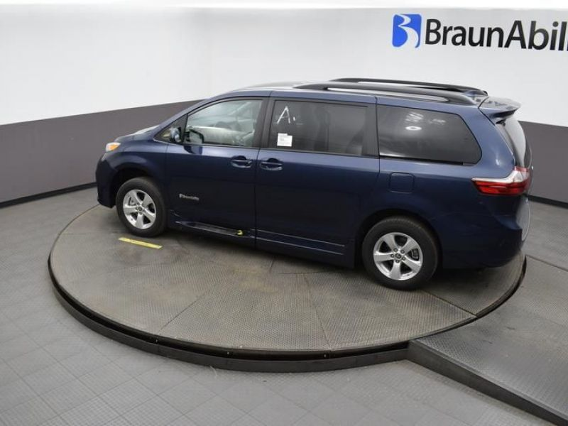 Blue Toyota Sienna image number 23