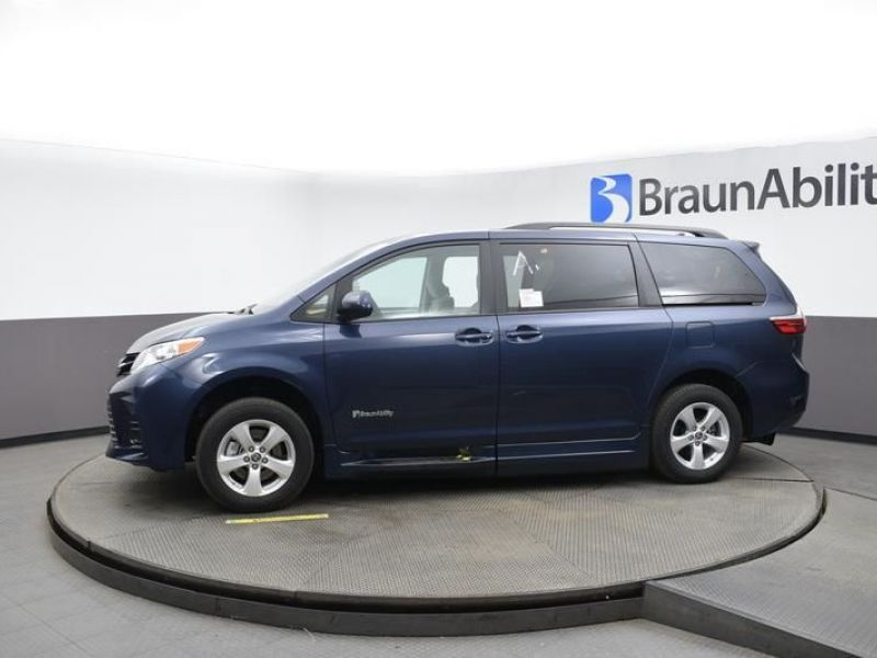 Blue Toyota Sienna image number 3