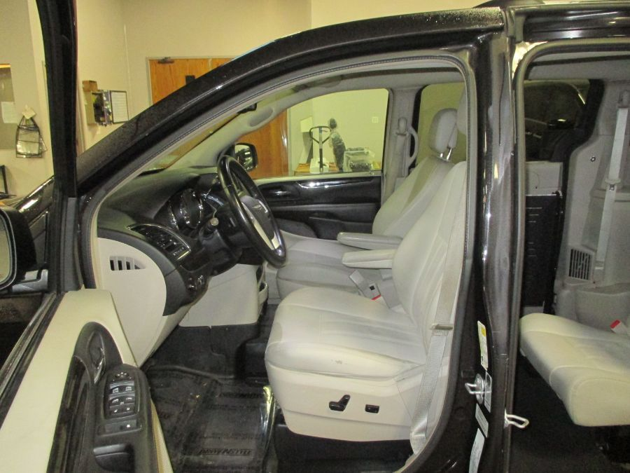 Black Chrysler Town and Country image number 16