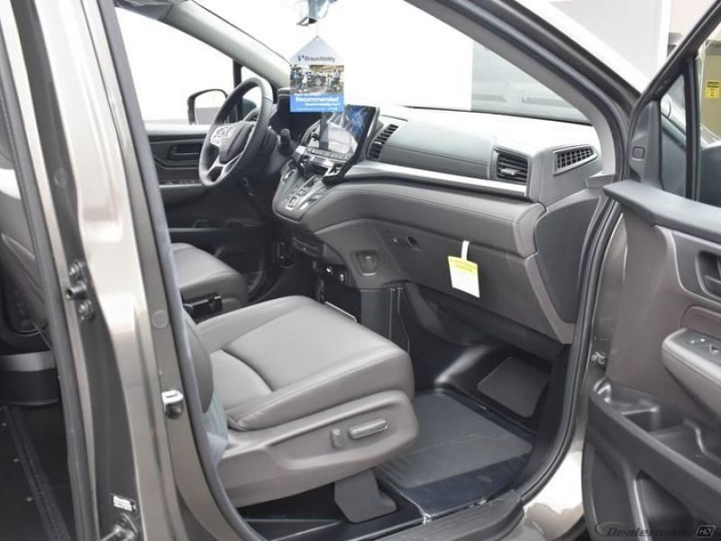 Gray Honda Odyssey image number 10