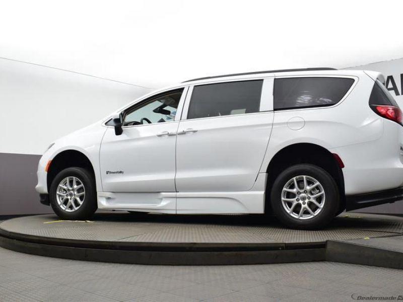 White Chrysler Voyager image number 25