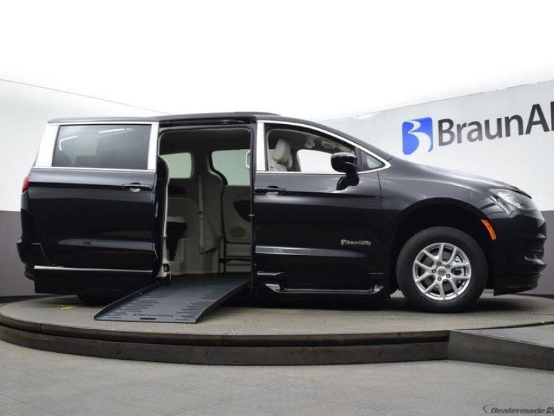 Black Chrysler Voyager image number 14