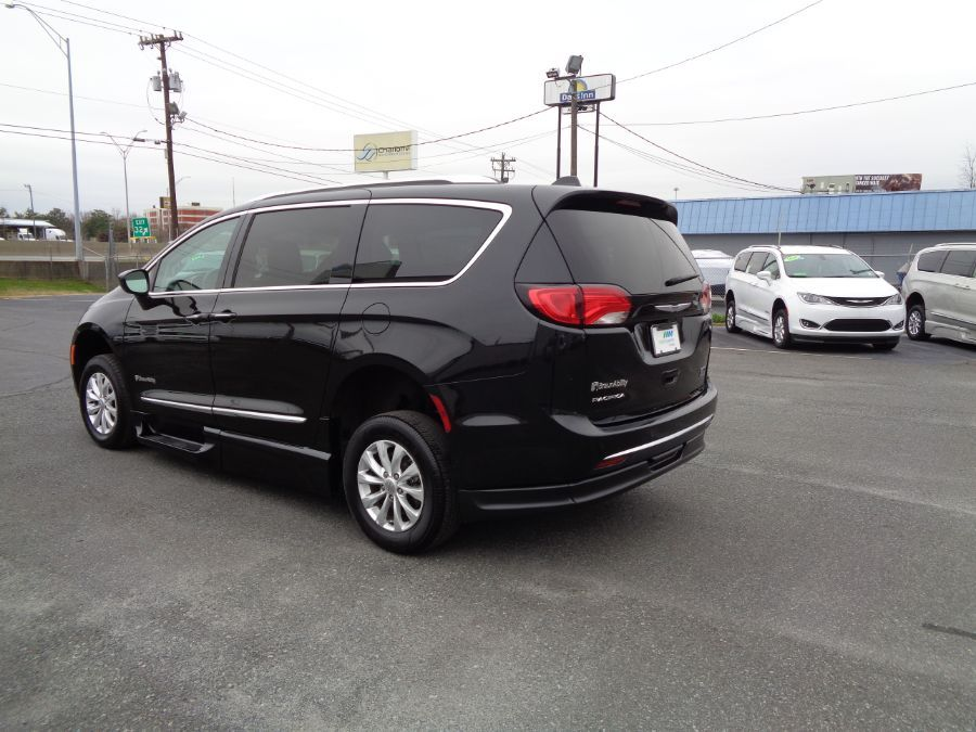 Black Chrysler Pacifica image number 11