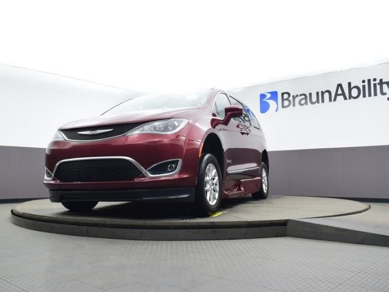 Red Chrysler Pacifica image number 23