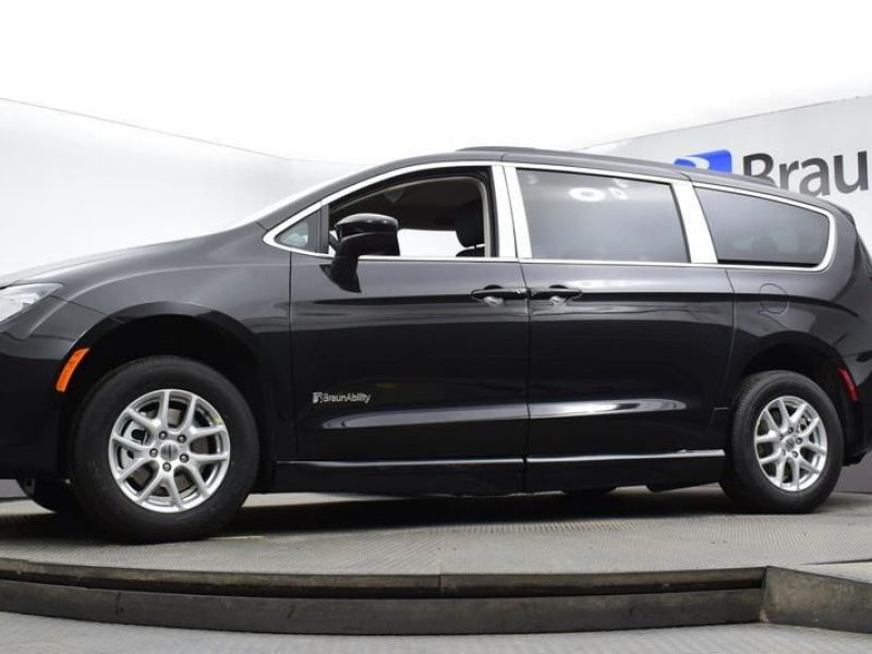 Black Chrysler Voyager image number 17