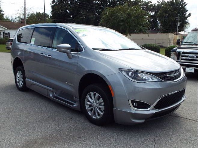Silver Chrysler Pacifica image number 30