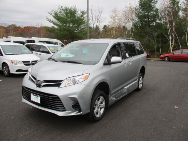 Silver Toyota Sienna image number 2