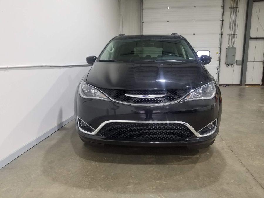 Black Chrysler Pacifica image number 9